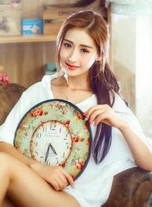 純情美少女身著性感白襯衫私房拍攝