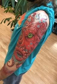 章鱼纹身图案  男生手臂上创意的章鱼纹身图片