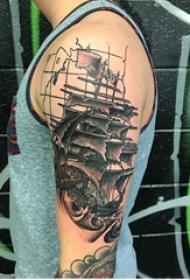 纹身小帆船 男生手臂上地图和帆船纹身图片