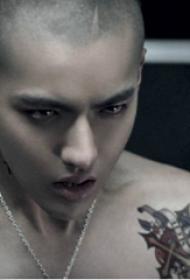 中国纹身明星 吴亦凡肩部彩绘的花朵纹身图片