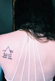 几何 纹身图案  女生后背上几何和英文纹身图片