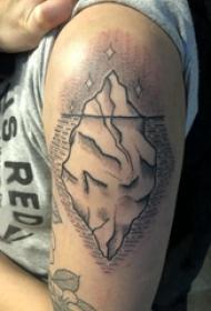 大臂纹身图 男生大臂上黑色的冰山纹身图片