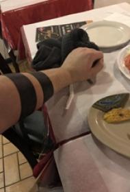 臂环纹身图案  男生手臂上极简的臂环纹身图片
