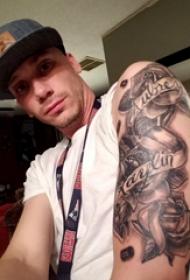玫瑰纹身图  男生大臂上玫瑰和英文纹身图片