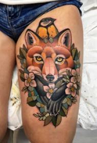 九尾狐貍紋身圖片  女生大腿上狐貍和花朵紋身圖片