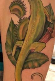 蜥蜴纹身图案 男生大臂上植物和蜥蜴纹身图片