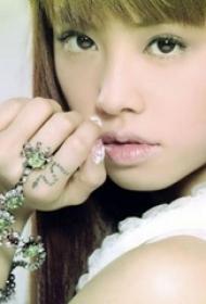 蔡依林纹身图片  明星手指上黑色的蛇纹身图片