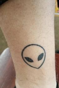 外星人纹身图案 男生小腿上黑色的外星人纹身图片