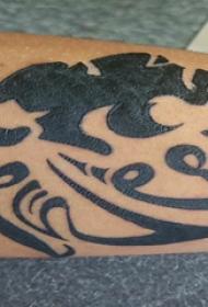 动物纹身轮廓  男生手臂上黑色的动物轮廓纹身图片