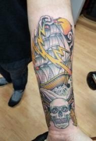 纹身小帆船  男生小臂上骷髅和帆船纹身图片