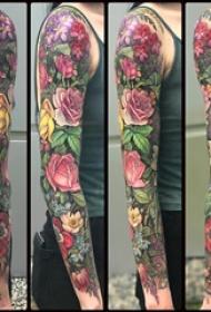欧美花臂纹身 女生手臂上彩色的花朵纹身图片