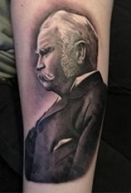 人物肖像纹身  女生手臂上写实的人物肖像纹身