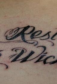 后背纹身男  男生后背上燕子和英文纹身图片