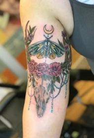 鹿头纹身图  女生大臂上鹿头和飞蛾纹身图片