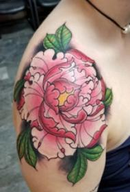 纹身牡丹花 女生肩部彩色的牡丹纹身图片