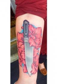 欧美匕首纹身  女生小臂上匕首和花朵纹身图片