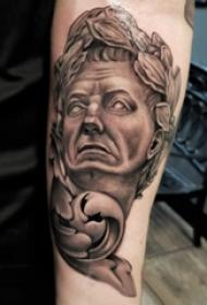 素描纹身  女生小臂上黑灰色的素描人物纹身图片