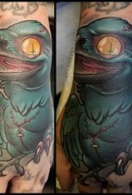 乌鸦纹身图 男生手背上彩色的乌鸦纹身图片