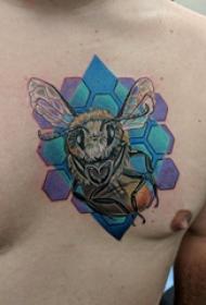纹身胸部男 男生胸部蜂巢和蜜蜂纹身图片