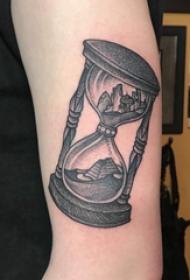 纹身沙漏  男生手臂上沙漏和建筑物纹身图片
