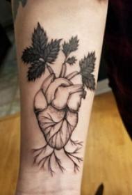 机械心脏纹身图案 男生手臂上植物和心脏纹身图片