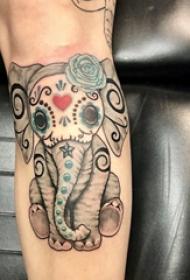 大象纹身  男生手臂上彩绘的大象纹身图片
