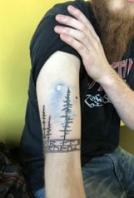 风景纹身  男生手臂上彩绘树和月亮纹身图片