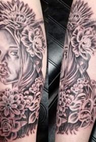 女孩和花朵纹身图案  女生手臂上女孩和花朵纹身图片
