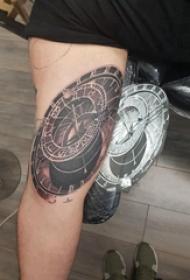 时钟纹身 男生手臂上黑色的时钟纹身图片