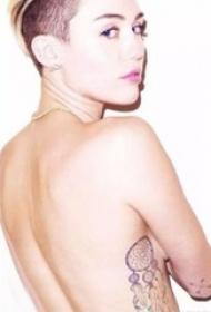 美國紋身明星  麥莉塞勒斯側腰上黑灰色的捕夢網紋身圖片
