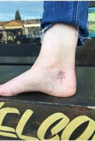 植物紋身  男生腳上黑色的植物紋身圖片