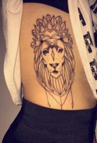 狮子王纹身 女生侧腰上黑色的狮子纹身图片