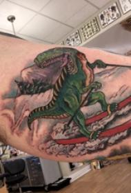 恐龍紋身圖案 男生大臂上滑雪的恐龍紋身圖片