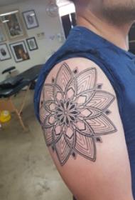 梵花纹身 男生大臂上精致的梵花纹身图片