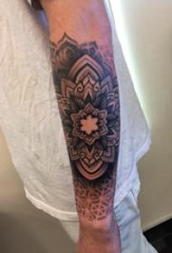 花朵纹身 男生手臂上黑色的梵花纹身图片
