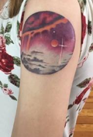 纹身星球 女生大臂上彩色的星球纹身图片