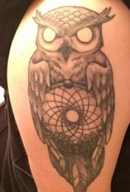 纹身猫头鹰  男生手臂上黑灰的猫头鹰纹身图片