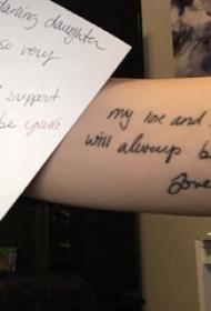 手纹身英文字母  女生手臂上黑色的英文字母纹身图片
