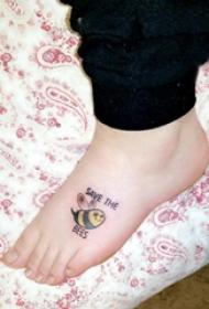 蜜蜂紋身圖案 女生腳背上英文和蜜蜂紋身圖片