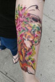 九尾狐貍紋身圖案 女生手臂上花朵和狐貍紋身圖片