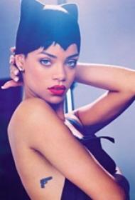 美国纹身明星  蕾哈娜侧腰上黑色的枪纹身图片
