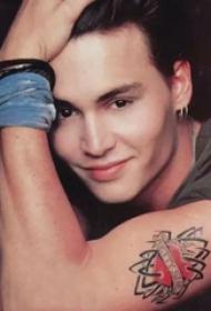 美国纹身明星  Johnny Depp手臂上彩绘的心形纹身图片