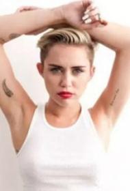 国际纹身明星  Miley Cyrus腋下黑色的小图案纹身图片