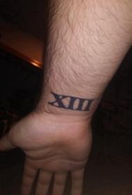 纹身罗马数字 男内行腕上黑色的罗马数字纹身图片