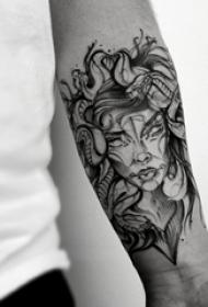 蛇和女生纹身图案  男生小臂上蛇和女生纹身图片
