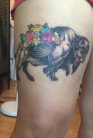 百乐动物纹身  女生大腿上彩绘纹身牛和花朵纹身图片