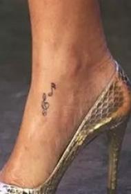 蕾哈娜的纹身   明星蕾哈娜脚上黑色的音符纹身图片