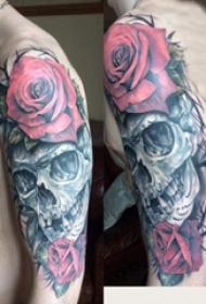 骷髅和花朵纹身图案  男生大臂上骷髅和花卉纹身图片