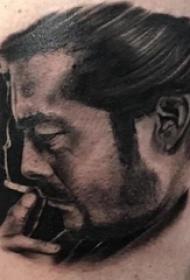 人物肖像纹身  男生手臂上素描的人物纹身图片