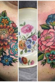 紋身圖案花朵 女生側腰上彩繪的花朵紋身圖片